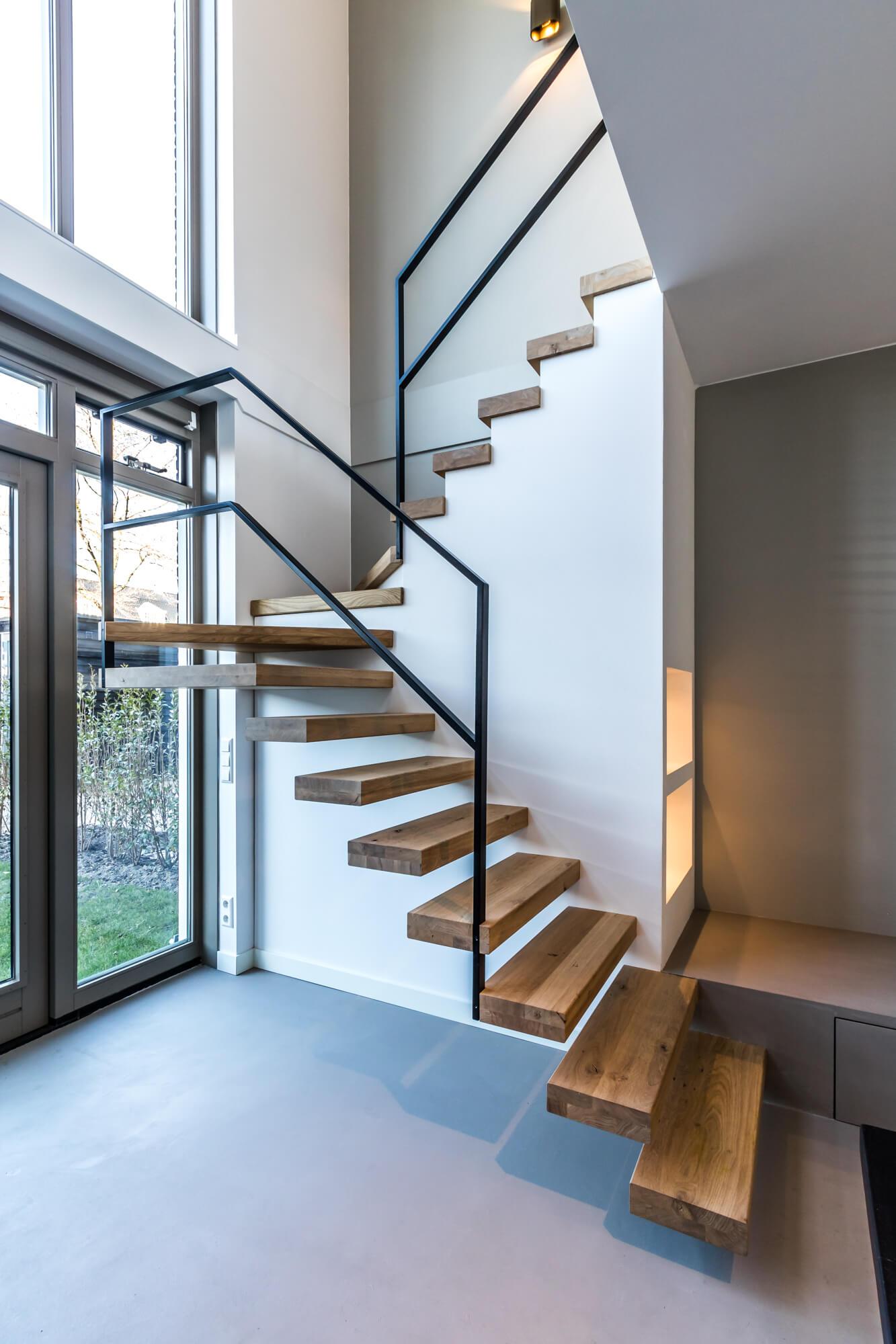 Zwevende trap met nis