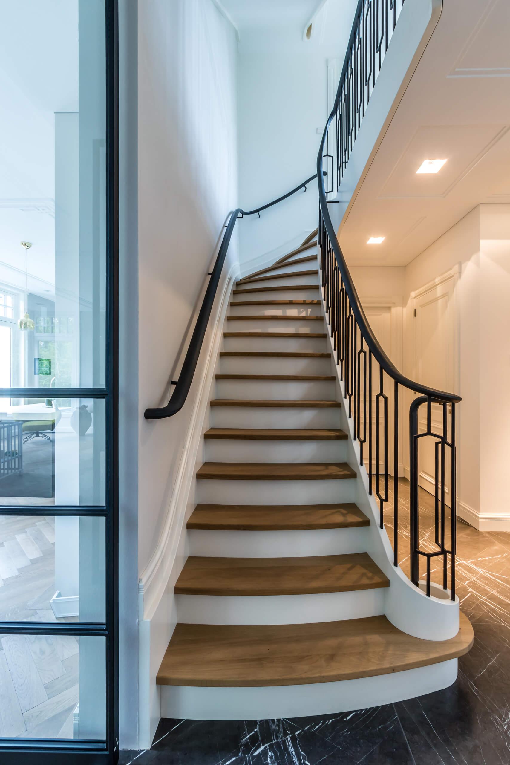 Klassieke trap met stalen hekwerk