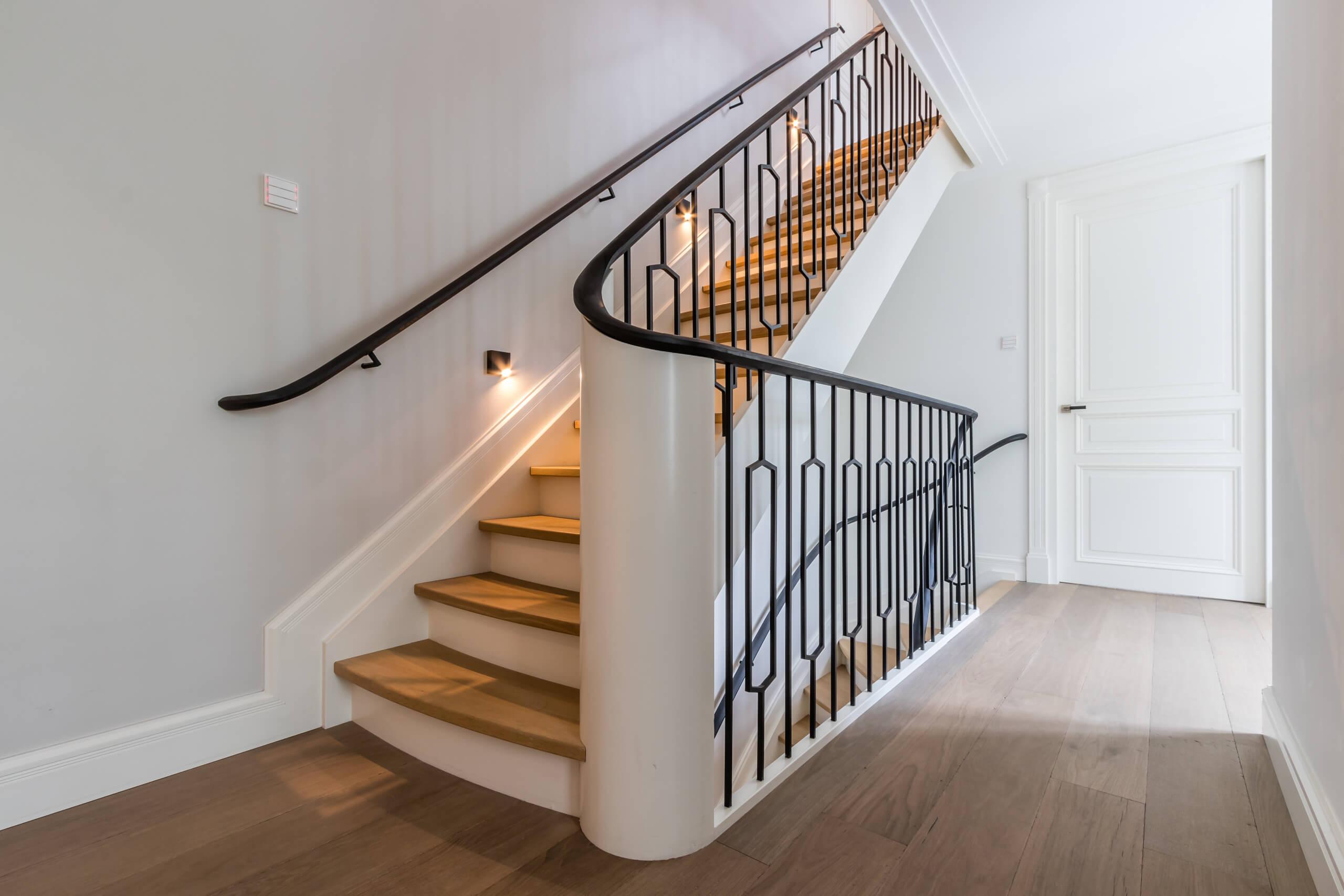 Klassieke trap met modern hekwerk