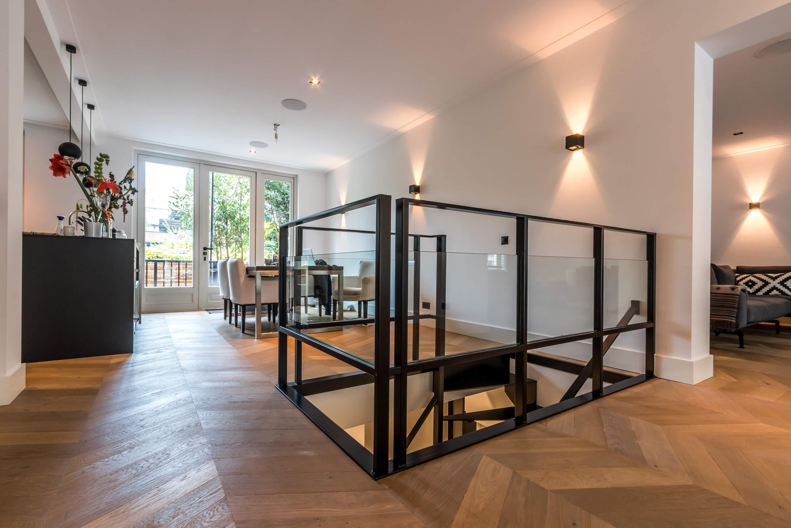 Moderne trap van staal en glas