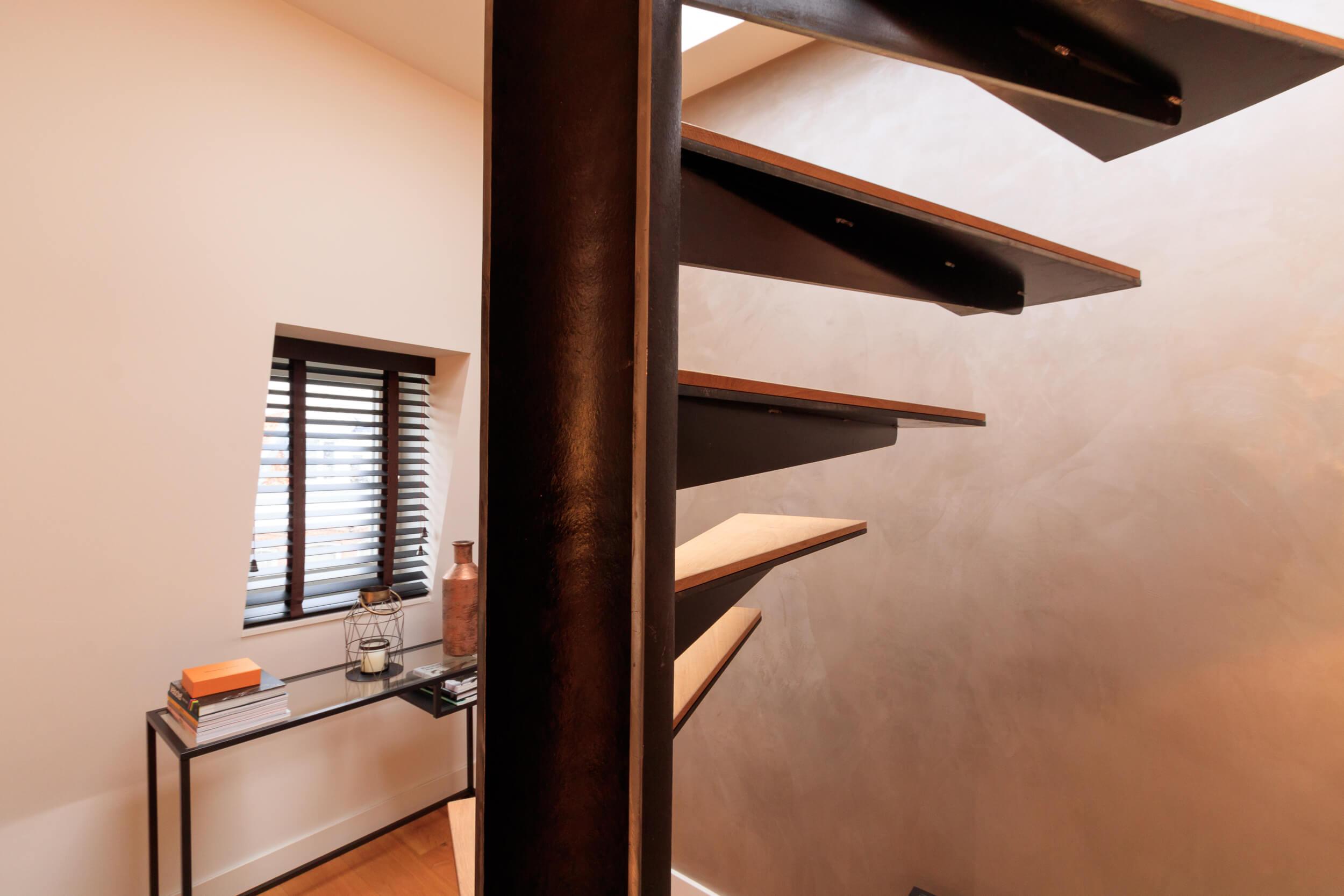 trap met stalen buis met houten treden