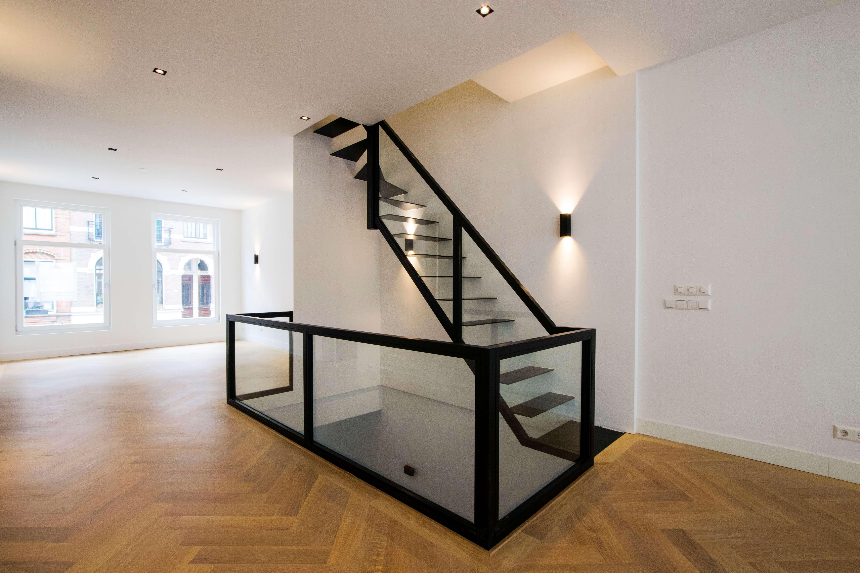 Zwevende trap met glas en staal