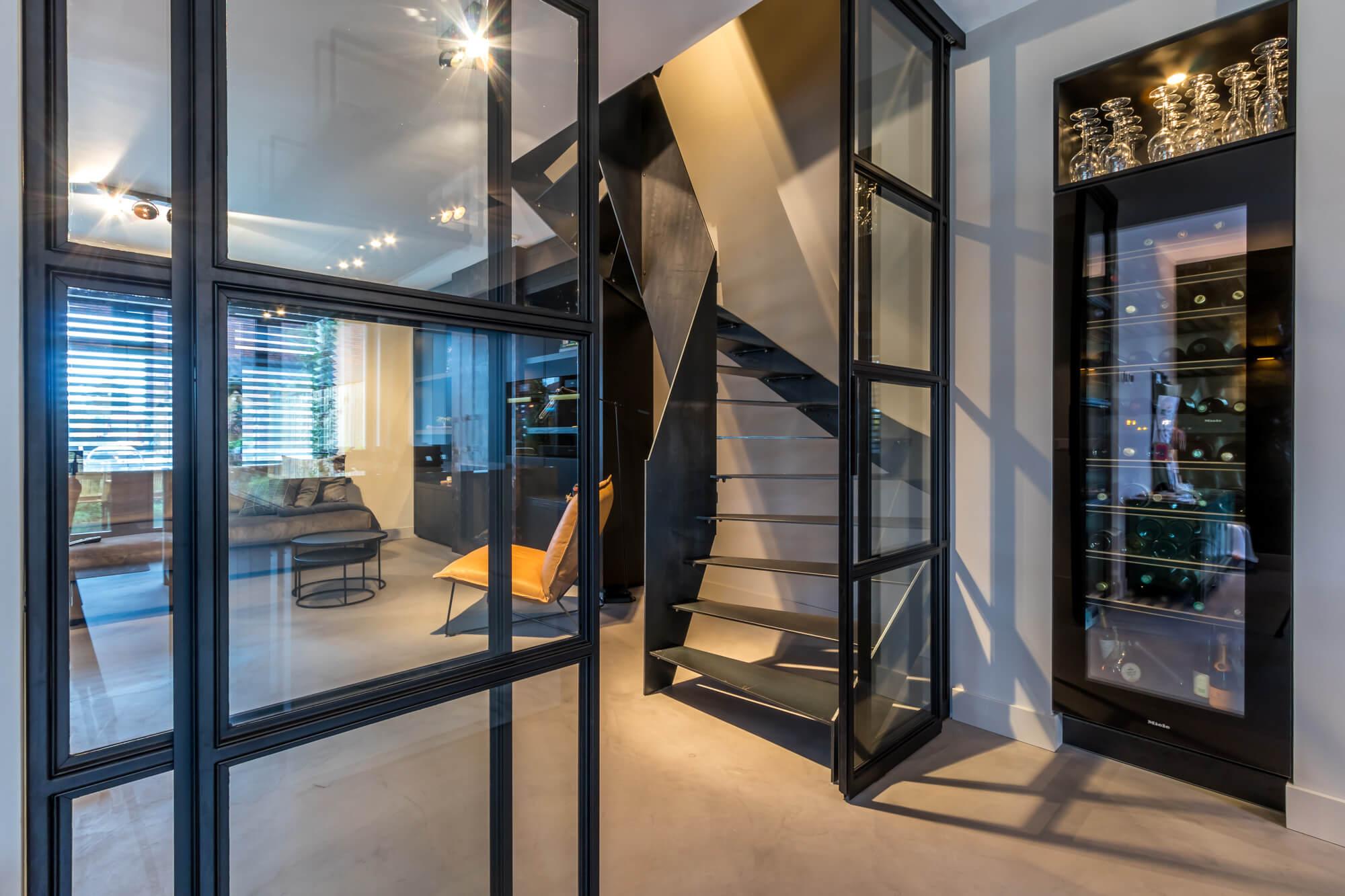 Stalen wenteltrappen in modern huis met stalen elementen